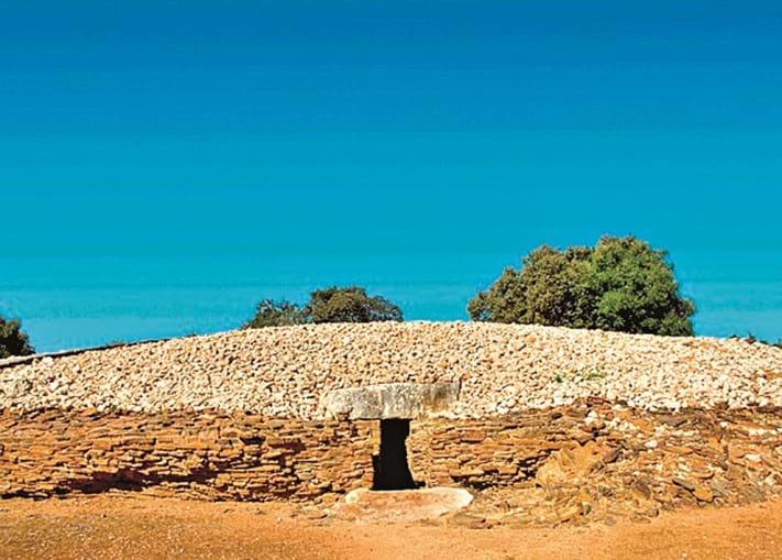 Em Alcalar fixou-se há cerca  de 5000 anos uma comunidade pré-histórica.