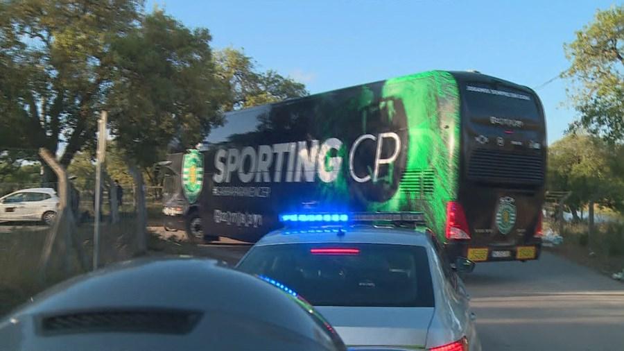 Autocarro do Sporting chega à Academia de Alcochete