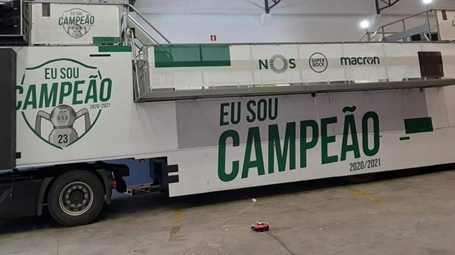 'Eu sou campeão': Autocarro do Sporting preparado para a festa do título