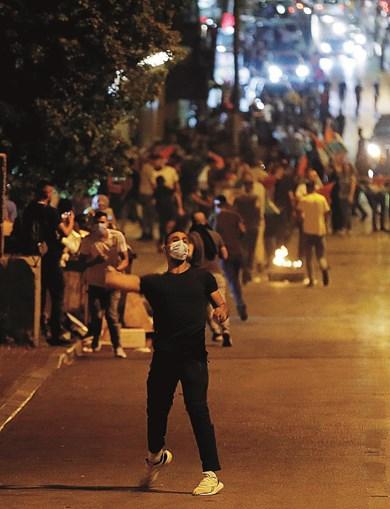Palestinianos e militares de Israel em noite de confrontos