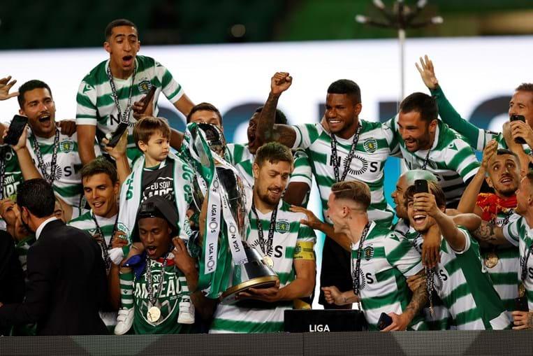 Sporting ergue o troféu de campeão no relvado de Alvalade