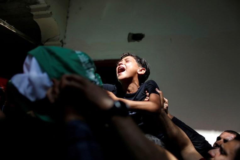 Irmão do palestiniano Ahmed Al-Shenbari, que morreu em confrontos, chora a sua morte durante funeral