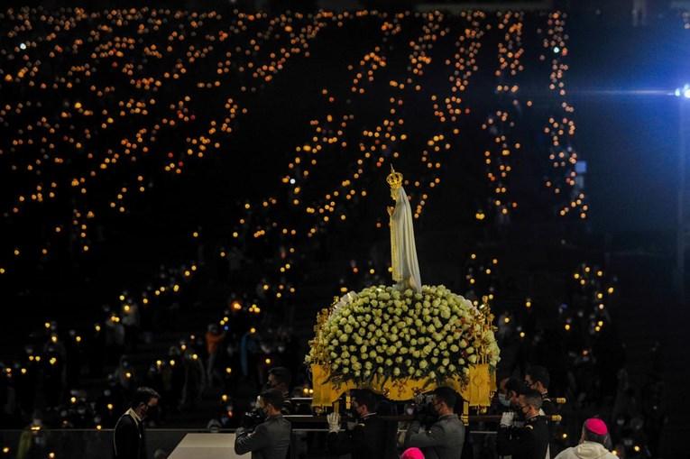 Passagem da Nossa Senhora durante Procissão das Velas