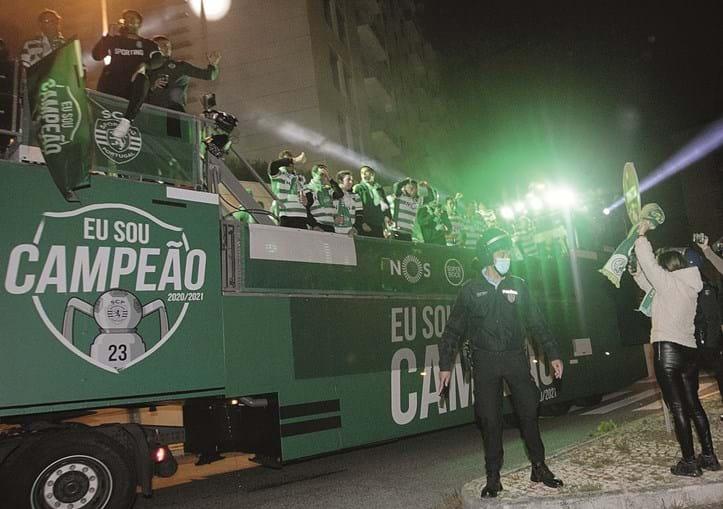 posição clara. na decoração para a festa, utilizada no autocarro e no palanque no estádio, o sporting incluiu uma taça com o número (23) de títulos que reclama.