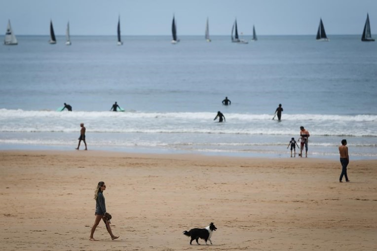 Banhistas da praia de Carcavelos manifestam segurança no arranque da época balnear