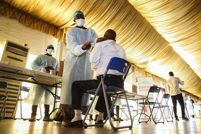 Vacinação no Centro Paz Flor, em Luanda, Angola, 14 de maio de 2021