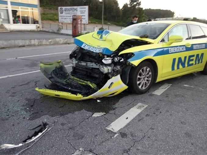 Quatro feridos em colisão entre carro e viatura do INEM em Barcelos