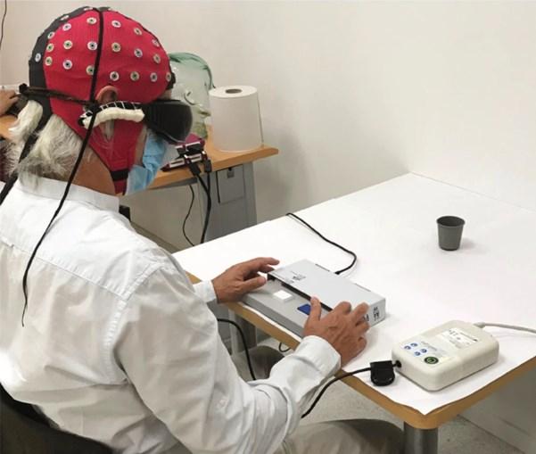 Paciente tenta identificar os objetos na mesa