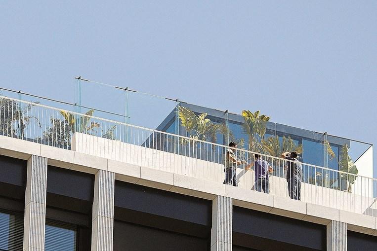 'Marquise' edificada no terraço fica muito acima da altura máxima autorizada para o edifício