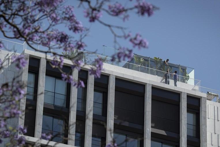 Equipa faz trabalhos de reparação no edifício em Lisboa