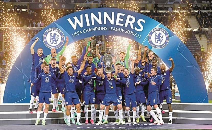 Azpilicueta, capitão do Chelsea, levantou o troféu de campeão