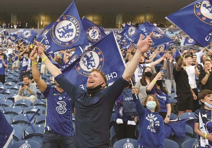 Adeptos do Chelsea preencheram parte das bancadas do estádio do Dragão, vazio durante o resto da época