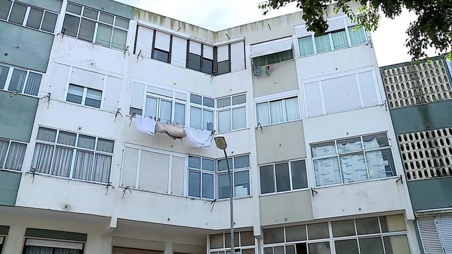 Vítima foi assassinada na casa onde vivia em Queijas, Oeiras