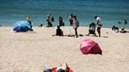 Praias pequenas esgotadas com calor e miniférias