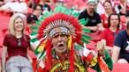 Bandeira portuguesa 'engolida' pela multidão húngara mas bem presente na estreia do Euro2020