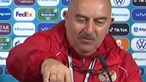 Treinador da seleção da Rússia retira garrafa de Coca-Cola da mesa... para beber