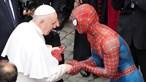 'Homem-Aranha' oferece máscara do super-herói ao Papa Francisco