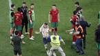 Adepto invade campo e acaba derrubado pelos seguranças no final do jogo Portugal-França