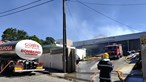 Incêndio consome carpintaria na Feira. Há um funcionário ferido