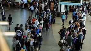 Centenas de britânicos invadem aeroporto de Faro para regressar ao Reino Unido e evitar quarentena. Veja as imagens