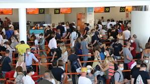 Centenas de britânicos invadem aeroporto de Faro para regressar ao Reino Unido e evitar quarentena