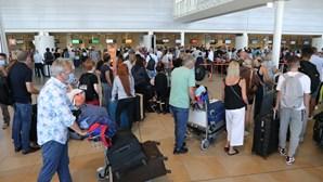 Segundo dia de 'lotação esgotada' no Aeroporto de Faro com britânicos a regressarem ao Reino Unido