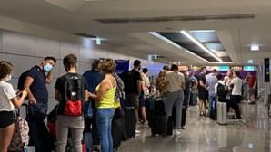 Centenas de britânicos enchem aeroportos para deixar Portugal e evitar quarentena no Reino Unido