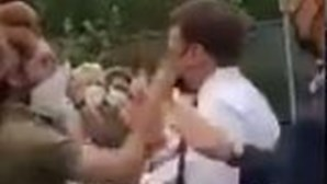 Manifestante esbofeteia Emmanuel Macron e acaba detido. Veja as imagens