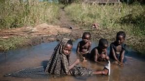 Egesse atravessa o rio todos os dias e percorre 14 quilómetros para chegar à escola em Moçambique