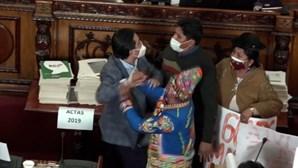 Deputados agridem-se a murro e pontapé no parlamento da Bolívia