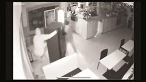 Quarteto assalta café em pouco menos de dois minutos em Porto de Mós. Veja as imagens