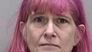 """Mulher enterra mãe morta no jardim de casa porque """"não queria que a levassem"""""""