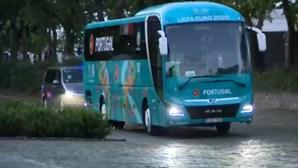 Seleção lusa chegou ao hotel na Hungria com adeptos a cantar o hino nacional. Veja as imagens