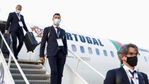 Hino nacional embala a Seleção campeã na chegada à Hungria