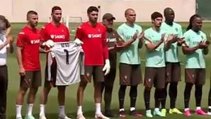 Seleção Nacional homenageia Neno antes do treino