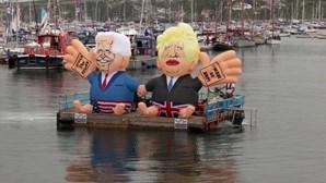 Insuflável com imagem de Boris Johnson e Joe Biden colocado na zona onde decorre cimeira do G7
