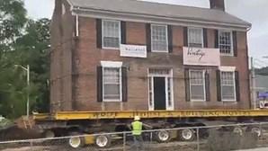 Casa muda de lugar para escapar à demolição