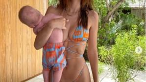 Modelo alvo de críticas pela forma como agarra filho bebé