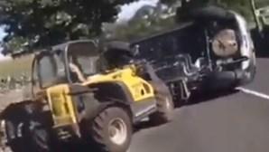 Homem usa empilhador para destruir e desviar carro que lhe bloqueava o caminho. Veja o vídeo