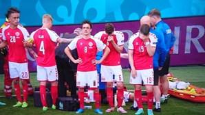 Eriksen abandona relvado com colegas de equipa em lágrimas. Jogo Dinamarca-Finlândia foi interrompido