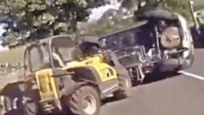 Empilhador em ação desbloqueia estrada