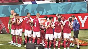 Drama no Euro: Eriksen traído pelo coração cai inanimado em campo. Está a recuperar