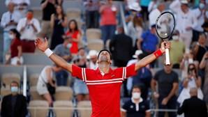 Novak Djokovic derrota Stefanos Tsitsipas e conquista Roland Garros