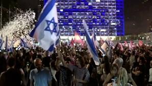 Israelitas saem à rua para celebrar saída de Netanyahu do poder