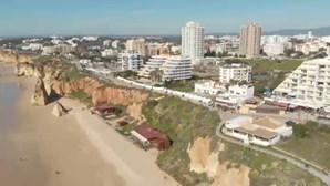 Milhares de pessoas aproveitam fim de semana prolongado no Algarve