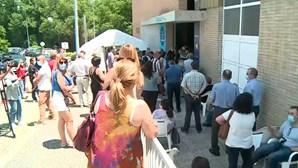 Centenas de pessoas esperam mais de uma hora para receber vacina Covid na Maia