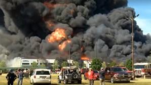 Explosão obriga a evacuar fábrica de químicos em Chicago. Veja as imagens