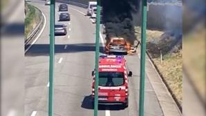 Carro destruído pelas chamas na A4 em Penafiel