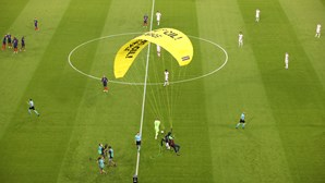 Paraquedista da Greenpeace aterra em campo antes do jogo França-Alemanha e fere várias pessoas