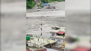 Homem resgatado de helicóptero do telhado de casa durante cheias no Nepal